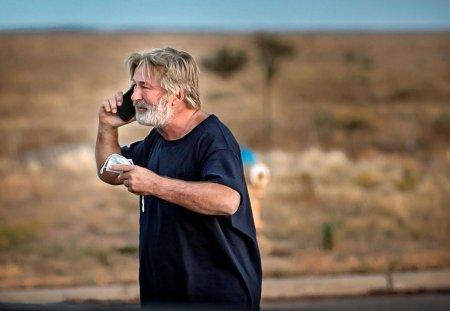 Актер Алек Болдуин застрелил оператора и ранил режиссера на съемках. Что известно о трагедии?